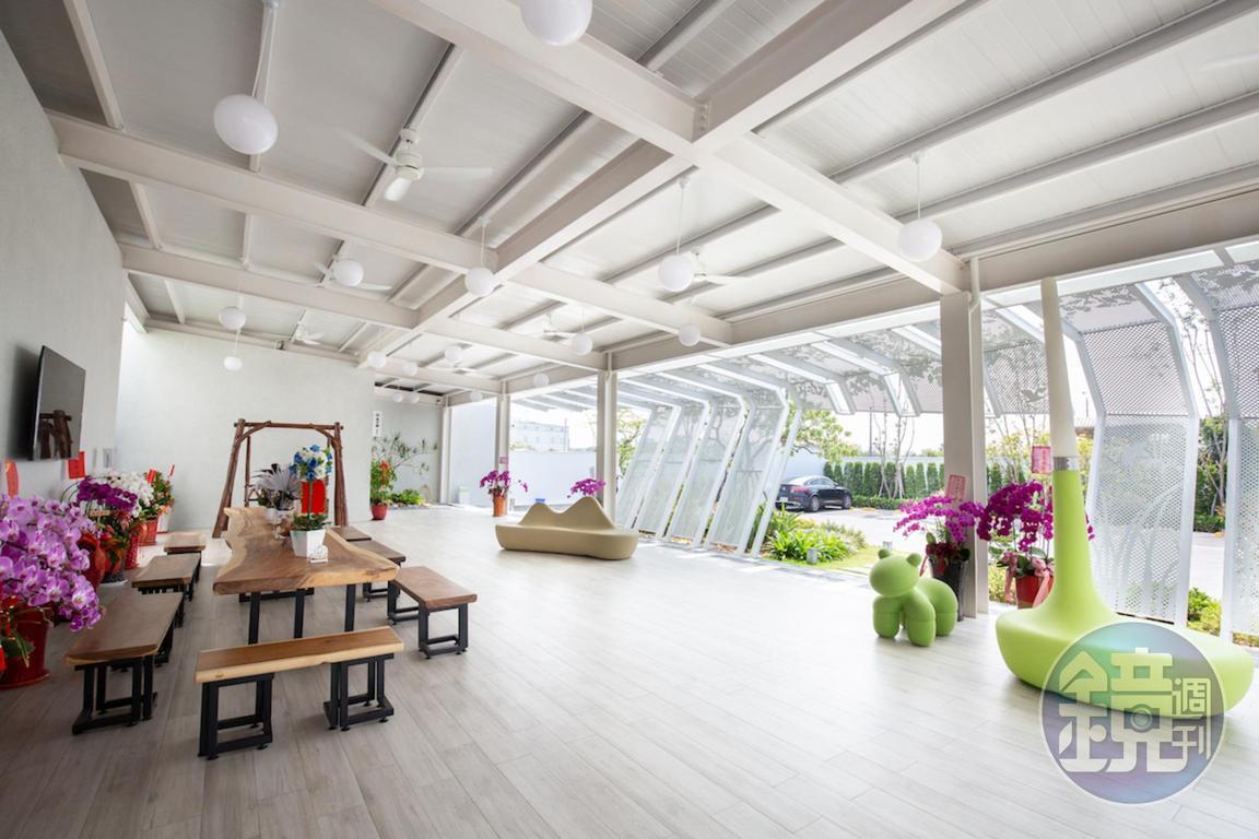 候位處有遮蔭、座位、洗手間,十分方便且寬敞。