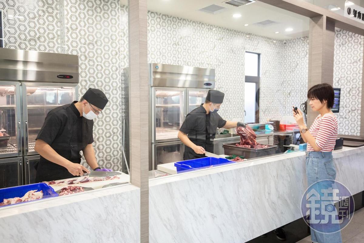 隔著玻璃可見切肉師傅埋首工作,過程乾淨透明。