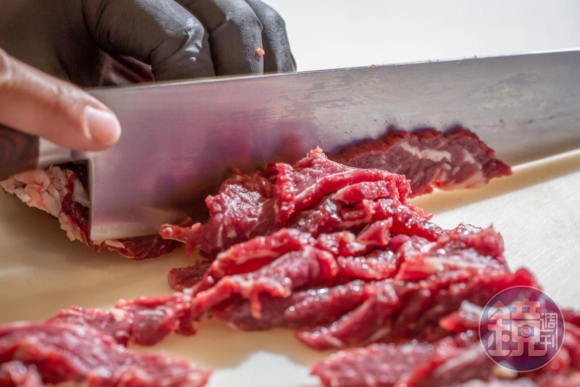 阿裕整隻牛只取肩胛、腹脅、里脊、前胸肉這四塊,點肉會切出不同部位。