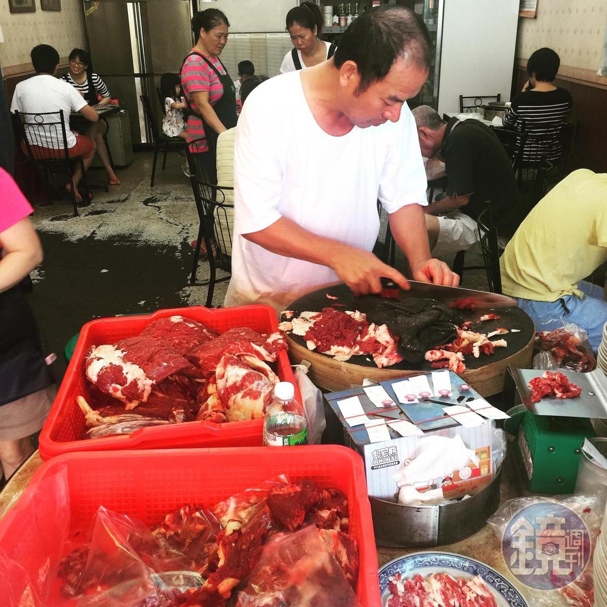 老闆沈大裕刀工一流,是「阿裕牛肉」的靈魂人物。