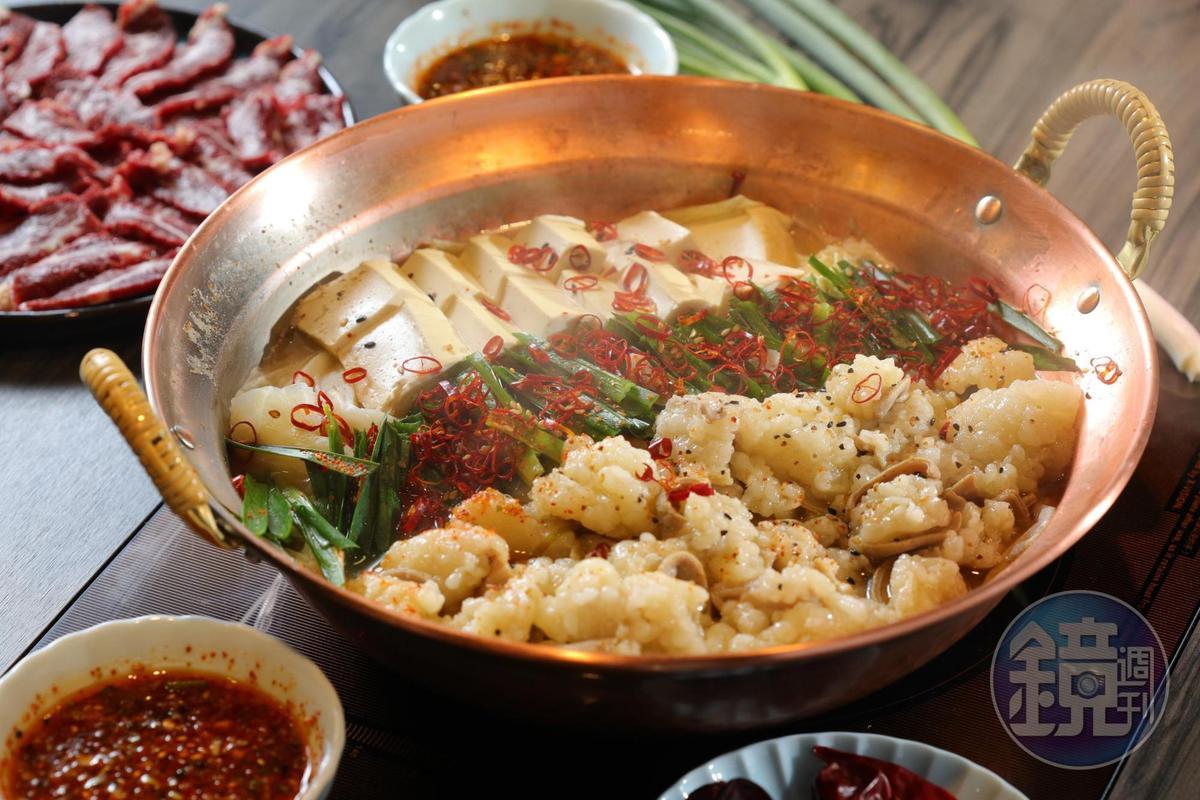 「台灣牛摩滋鍋」以二種昆布熬製湯底,加上特調湯汁與大量牛腸、蒜片、韭菜、高麗菜一同燜煮,湯頭濃郁甘甜。(880元/鍋)