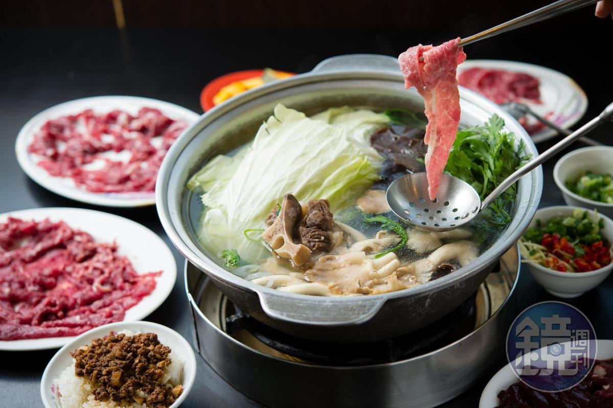 「三大牛肉火鍋」湯清肉鮮,涮五秒即可撈起。(牛尾鍋650元/鍋)