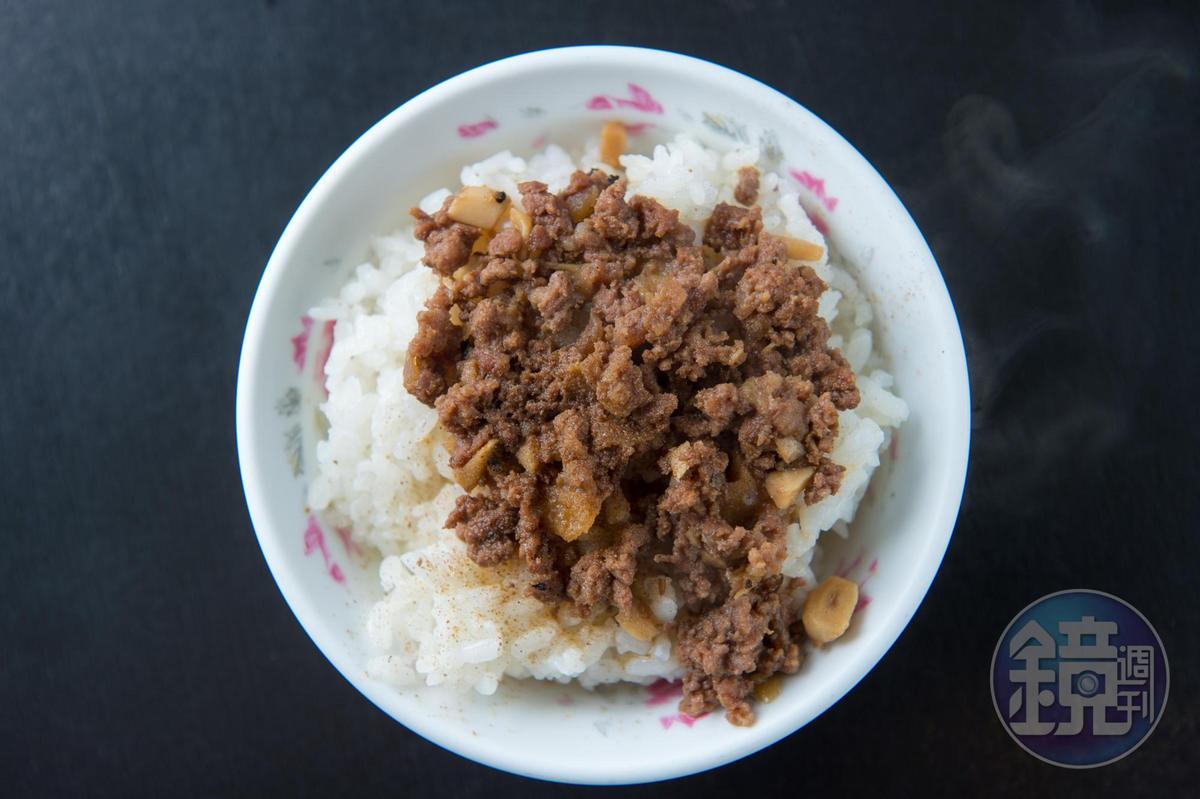這一碗叫做「黑飯」,用牛肉做成肉臊,顏色很深。(黑飯30元/碗)