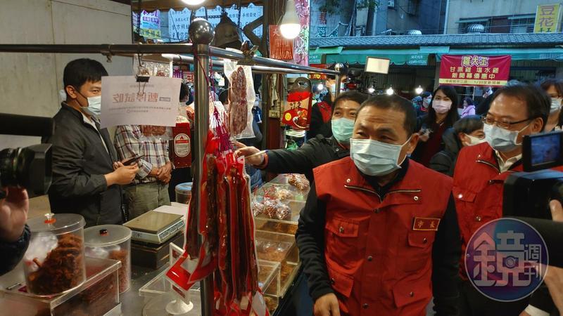新北市長侯友宜前往中和黃昏市場巡視攤商戴口罩情況。