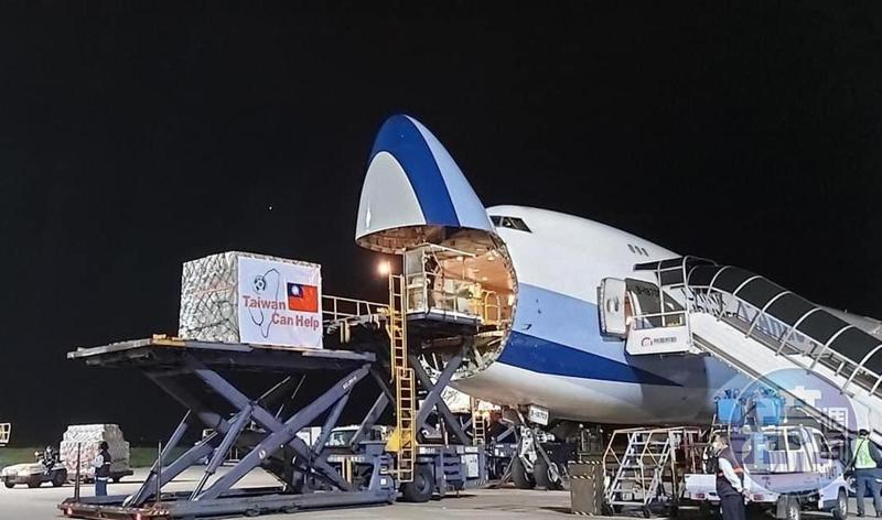 援外口罩於今日凌晨2點許被運上華航CI5555貨機。