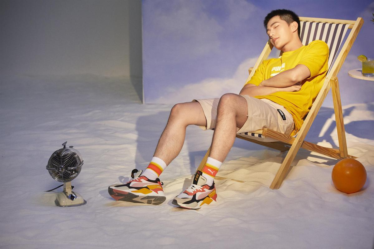 楊洋腳上的RS-X TOYS以飽和馬卡龍色彩拼接鮮豔吸睛,令人有盡情徜徉在夏日繽紛奇幻浪潮中的幻想。(PUMA提供)