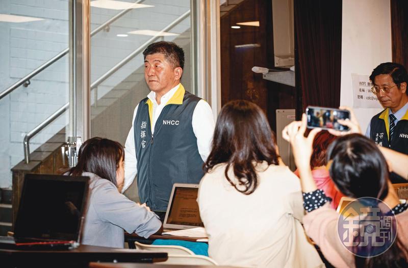 衛福部長陳時中出席中央流行疫情指揮中心記者會的情形。