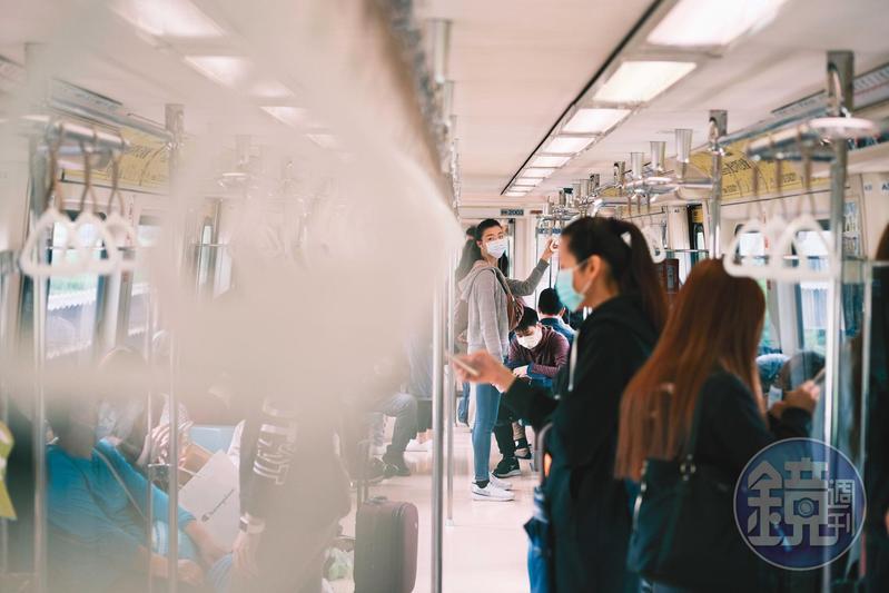 為防範肺炎傳染,政府規定搭乘大眾運輸工具必須戴口罩。