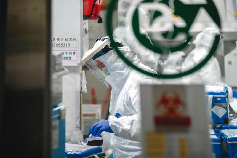 疾管署「檢驗及疫苗研製中心」工作人員正核對疑似「武漢肺炎」檢體。(總統府提供)