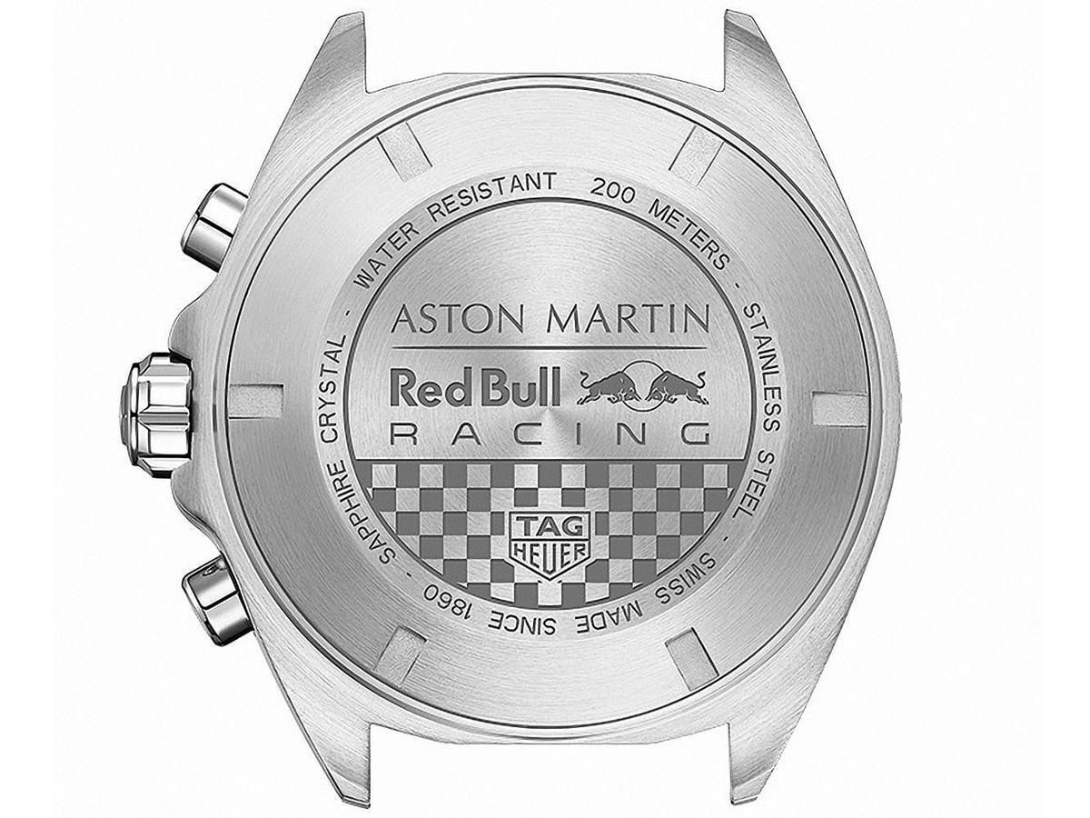 旋入式精鋼錶底蓋飾有格紋圖案,上方則鐫刻著 ASTON MARTIN 紅牛車隊的標誌。