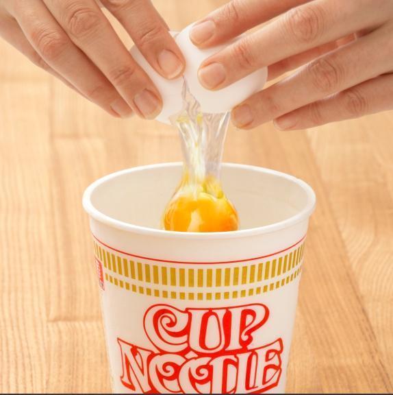 首先打一顆蛋放入剩餘的湯中。(翻攝自日清官網)