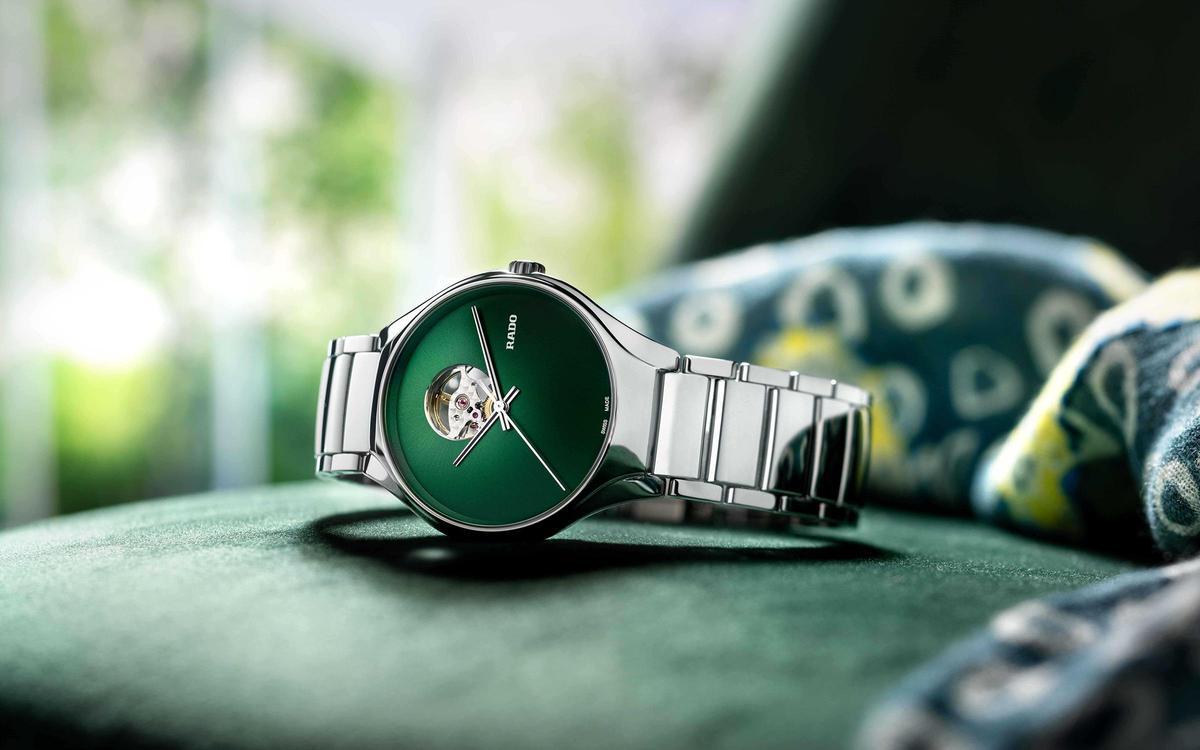 True Secret真我系列秘密鏤空自動腕錶搭上目前最熱門的綠色面盤,漸層色面與電漿陶瓷材質形成獨特的視覺效果對比。