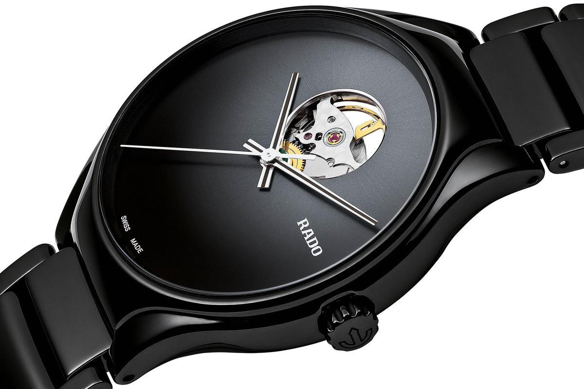 不同於以往雷達表出過的開芯設計,這款True Secret腕錶在開芯的比例降低,同時也盡可能減少部件,讓外型看起來更為簡潔。