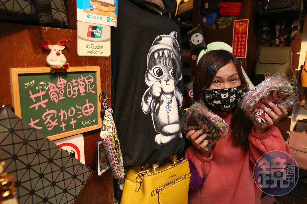「夜上海」服飾店的老闆娘張玲華受訪,身旁放著一塊寫了「共體時艱,大家加油」的小黑板。