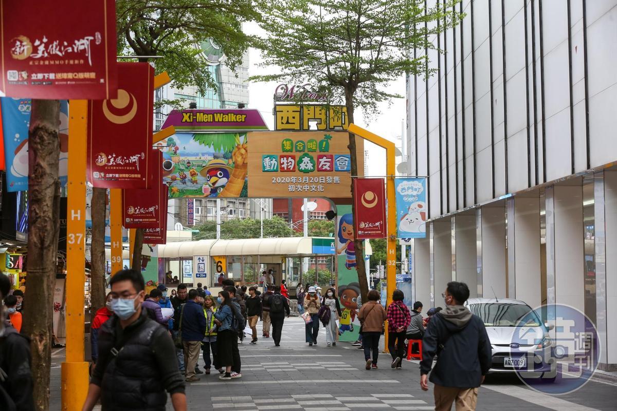 人滿為患時,從漢中、峨嵋街口的圓環四周根本無法看穿,如今卻可清楚看見捷運西門站的六號出口。