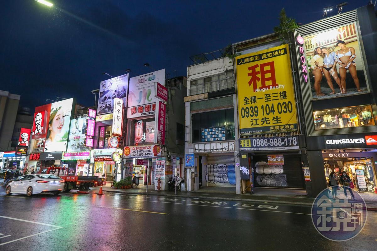 士林夜市商圈大路旁的透天店面乏人問津,斗大的招租布幕格外顯眼。