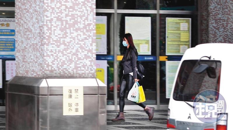 4月11日11:31,到醫院後,莉婭提著食物走向目的地,一副十分熟悉醫院環境的樣子。