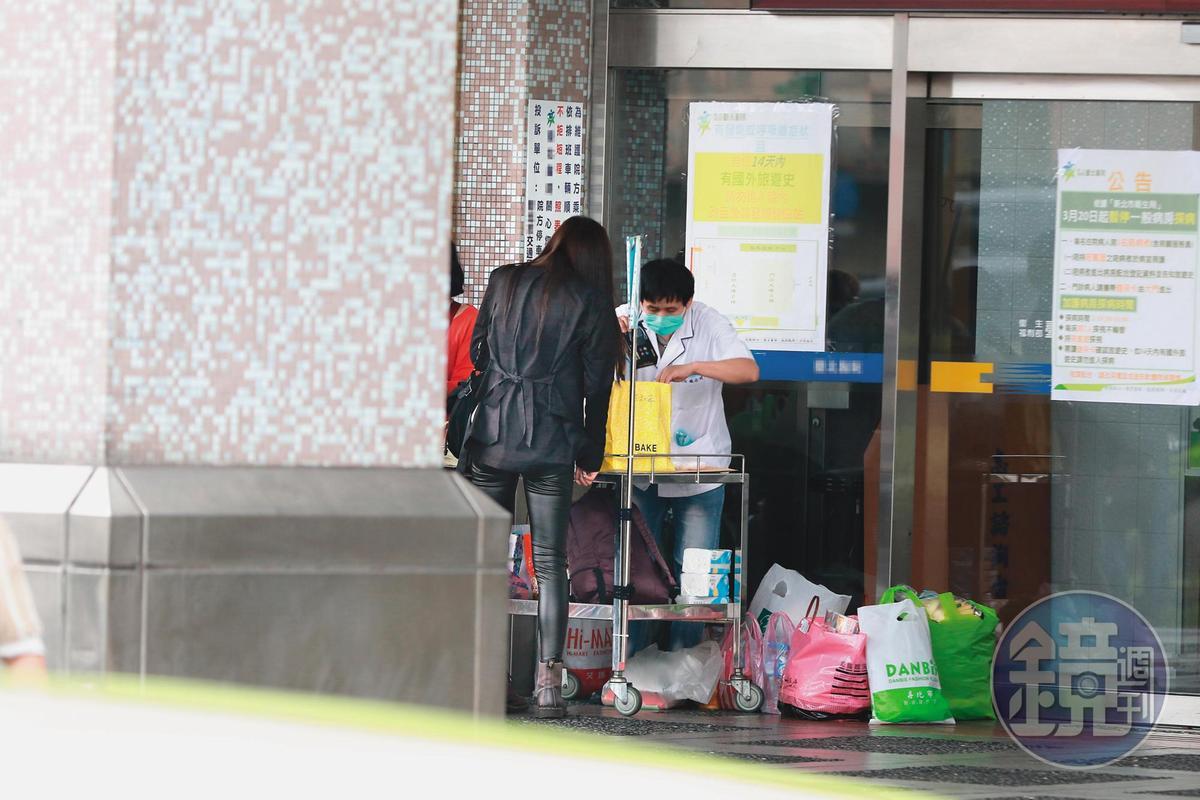 4月11日11:32,莉婭接著走到檢查站,讓工作人員檢查食物。