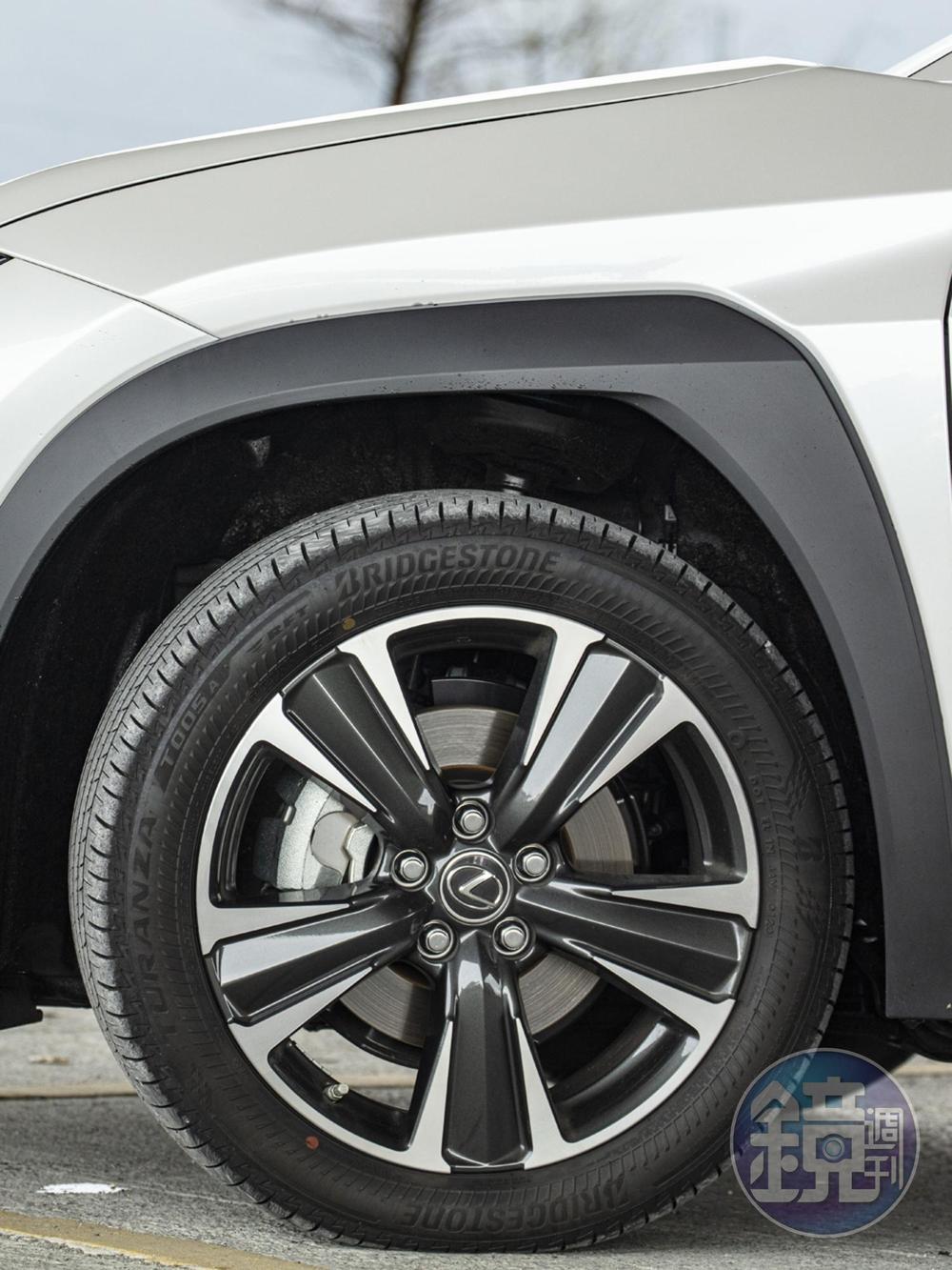 啟發自各大賽事經驗的世界首創空力輪弧及升級版18吋鋁圈,與UX200 F-Sport同樣大小,但F-Sport版配有F-Sport樣式鋁圈,UX200菁英PLUS版則為銑黑樣式,兩者並不相同。