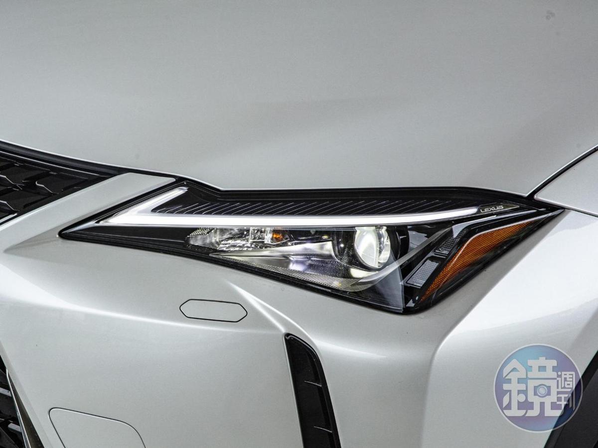 LED頭燈組特寫,但方向燈仍為傳統燈泡形式。