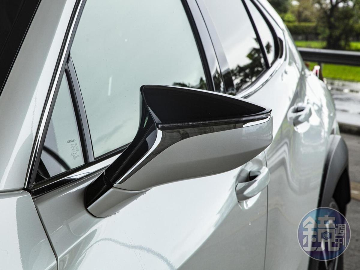 空力設計的2-Tone後照鏡組特寫。