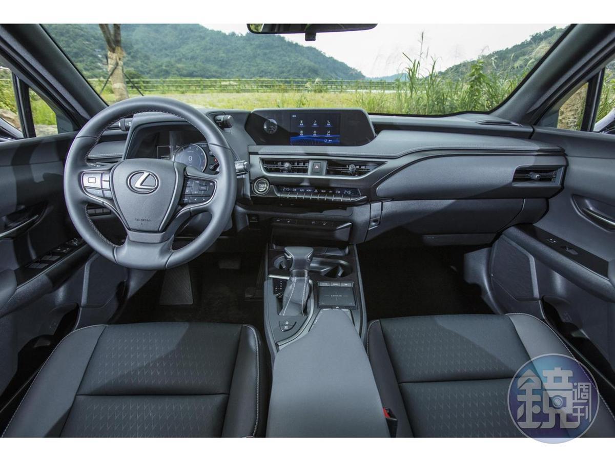 顯示與操控介面明顯分為三區: 儀表台上方的行車資訊顯示區、中控台的空調控制區,及中央扶手的多媒體操控區。