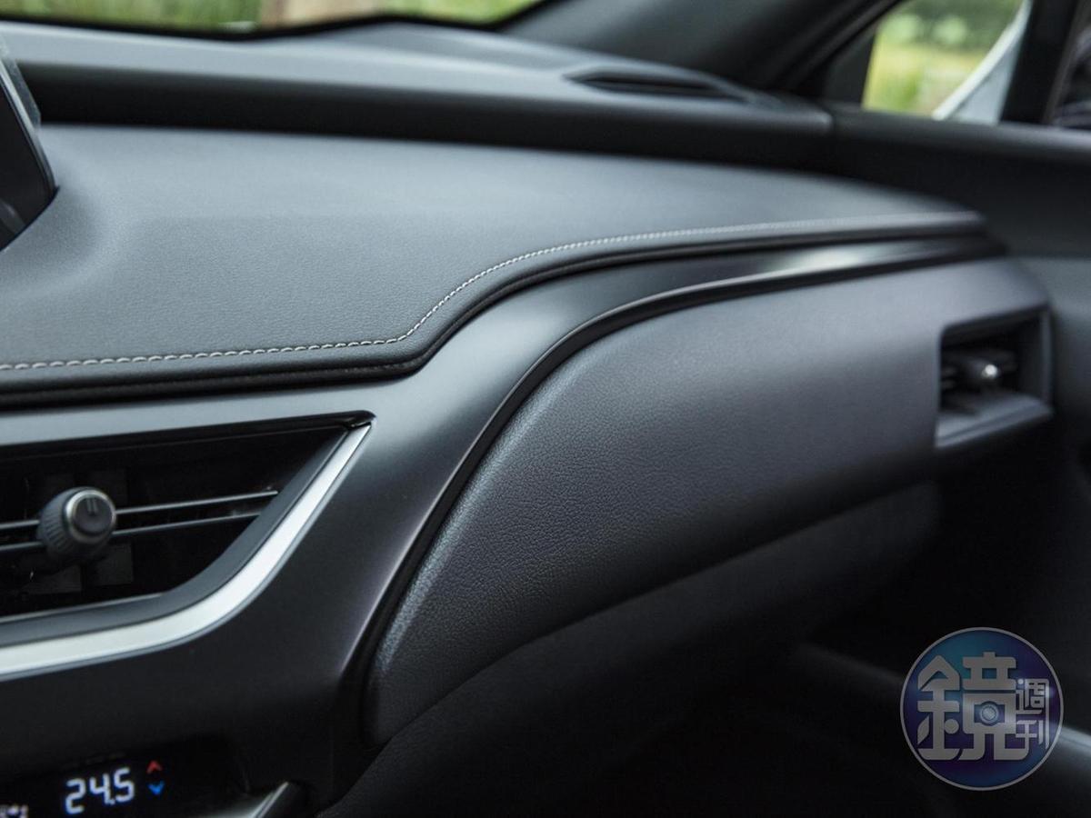 車室內主要以大量縫線皮革、消光飾板、壓紋軟塑膠構成表面材料。共通點除了皆為黑色之外,也幾乎是消光材質,除了不會因為反光而造成駕駛干擾外,也不易沾染髒污(想想它車那沾滿指紋的鋼琴烤漆飾板…)。