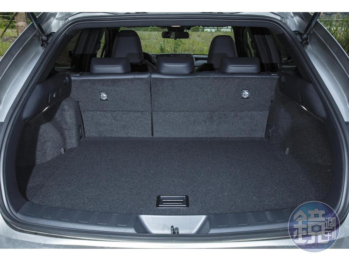 行李廂標準狀態容積為328 公升,後座椅背 6/4 分離傾倒後可提供最大 1,003 公升的置物容積。