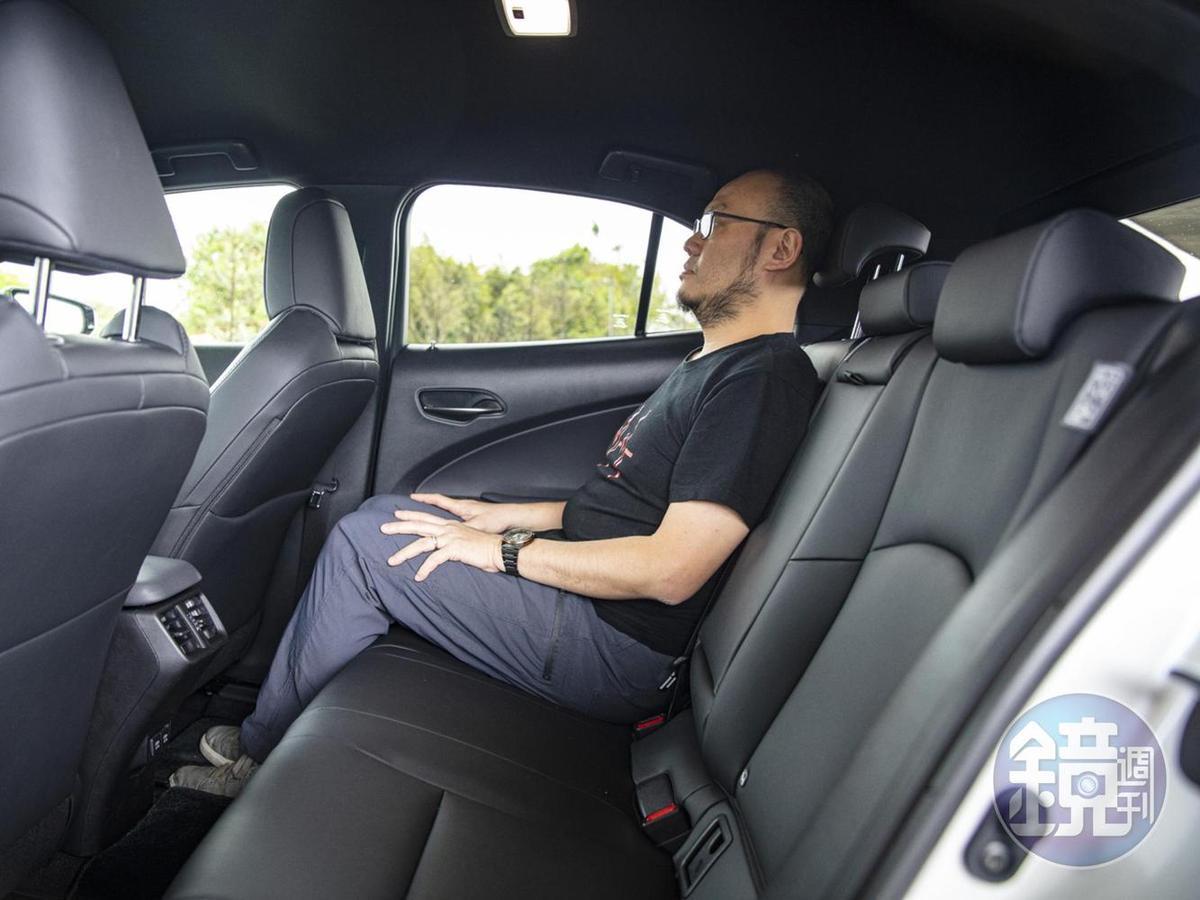 而在剩下的時間中,我也請同事來當運轉手,跑到後座體驗一下被載的感覺。相較於大部分CUV的後座都頗為「剛好」,UX還算舒適的後座空間,在前座保持正常駕駛姿勢的前提下,我這個身高172的中年肥叔坐下去也勉強伸展自如!
