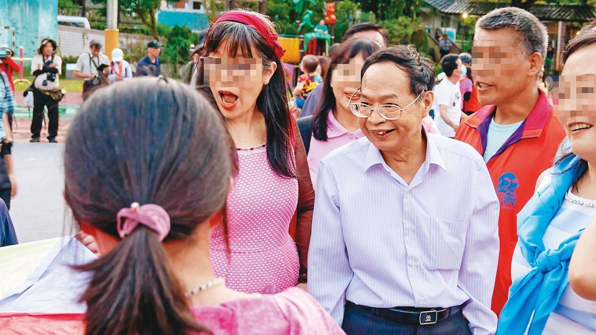 看似和藹可親的少龍,本名徐浩城,二十年前曾遭信徒指控斂財、性侵。(翻攝少龍粉絲團)