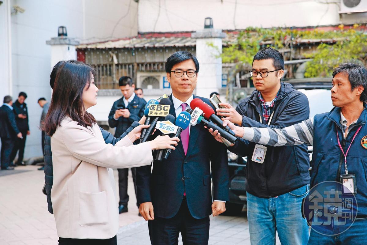 行政院副院長陳其邁(中)20年前擔任立委時,曾指控少龍是宗教流氓。