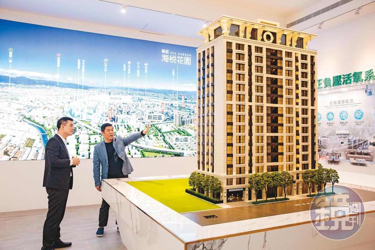賴建程(右)承諾老地主會打造豪宅,他把每坪百萬豪宅才有的飛簷建築元素注入新案「海悅花園」,以石材打造基座。