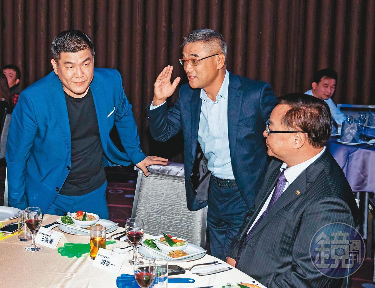 賴建程(左)轉戰建築界不過3年,靠著精準眼光與拚勁,吸引海悅國際總經理王俊傑(中)、法拍界名人游世一(右)等前輩找他合開公司,分別成立海研建築與東森建設。
