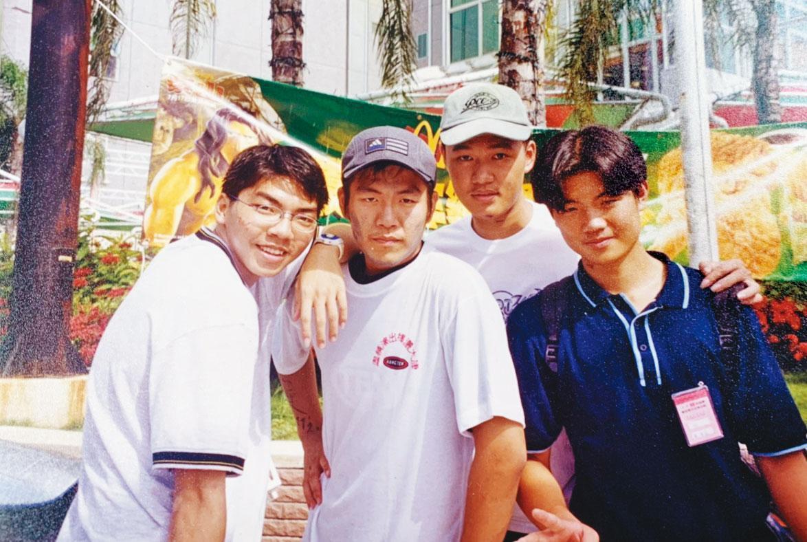 專科1年級參加康輔社,讓賴建程(左2)開始帶團當領隊,還沒畢業就成立活動公司當老闆。(賴建程提供)