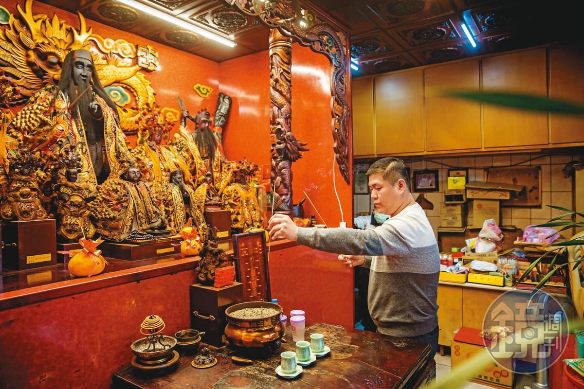 工作狂的他唯一嗜好是拜拜,他再忙每週都會到各大宮廟走上幾回。