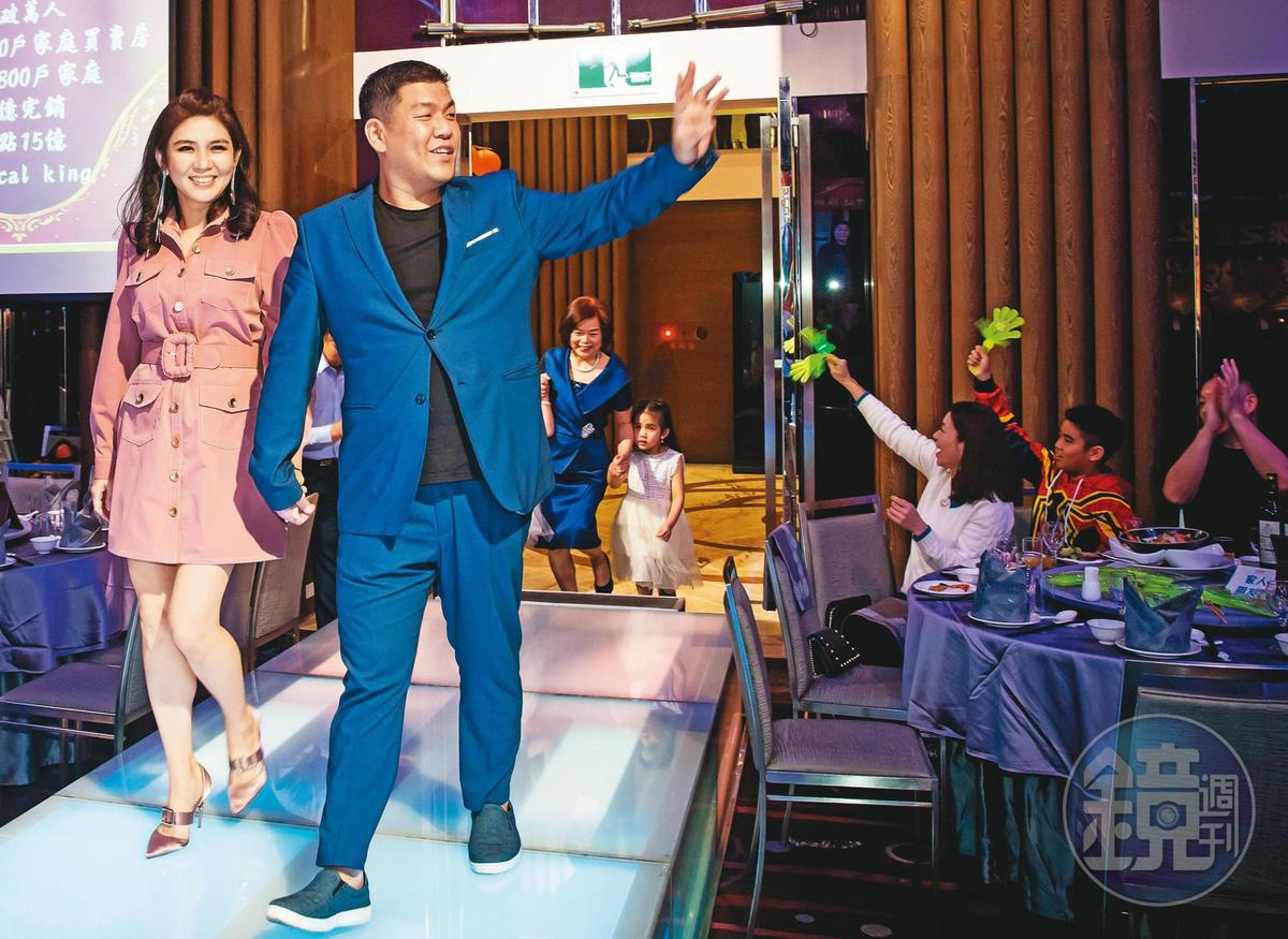 賴建程太太楊麗萱(前左)負責公司帳務,2人在尾牙一起走星光大道,母親跟女兒在後。