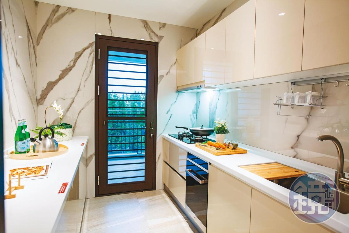 抓準自住客主婦偏好大廚房,海悅花園38坪格局廚房規劃雙排料理台。