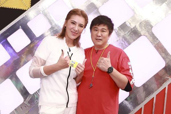 小禎睽違13年再度上老爸胡瓜主持的民視《綜藝大集合》。(民視提供)