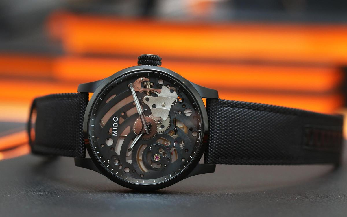 Multifort手上鏈腕錶,裝載ETA/Unitas 6498手上鏈機芯,全球限量999只,定價NT$63,200。