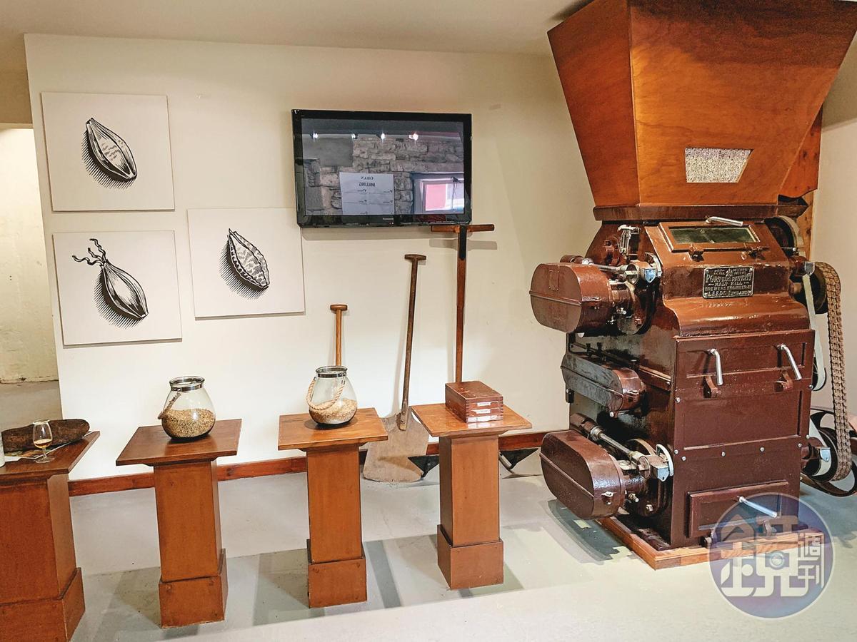 報名參觀的遊客都能看到大麥從發芽到輾磨的製程介紹。右邊深咖啡色的輾磨機,為展示用。