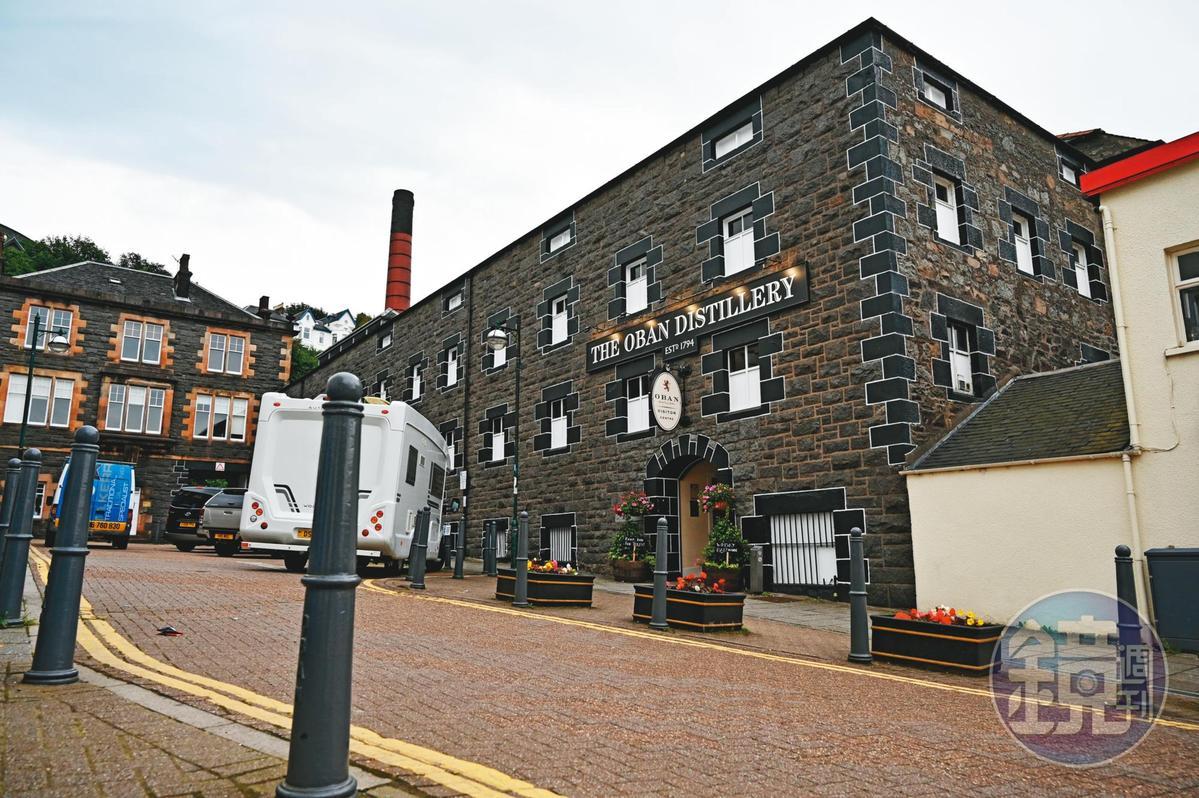 歐本酒廠位在喬治街轉角死巷裡,外觀低調不顯眼,若非威士忌愛好者,不易發現它的存在。