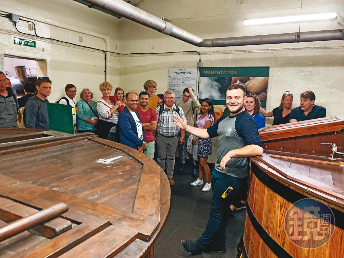 酒廠只有8位工作人員,一天要面對400人次的遊客。