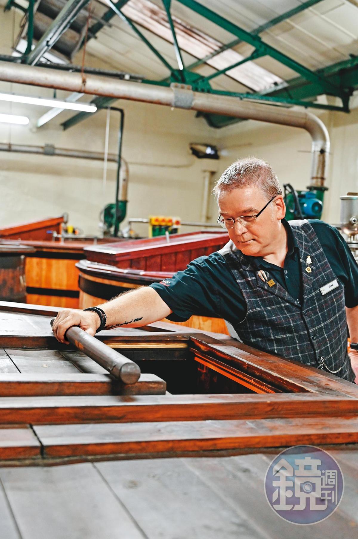 解說員Mike Wood正在察看發酵槽。歐本酒廠現有四個木製發酵槽,一個淡色Oregon Pine、3個深色European larch,產出9%酒精度的Whisky Beer,也是橘子香氣的主要來源。