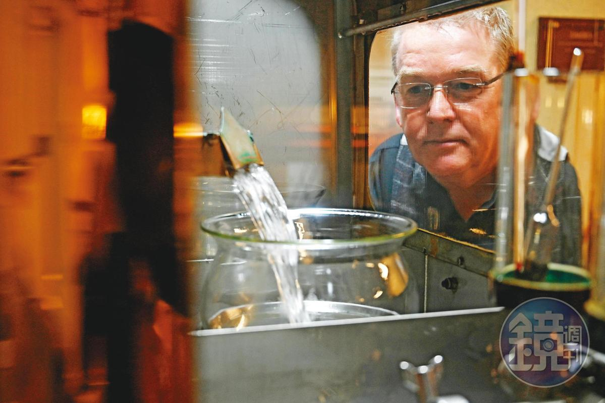 解說員Mike Wood看著Spirit Save蒸餾出的新酒,眼神顯露盡是他對酒廠的愛。