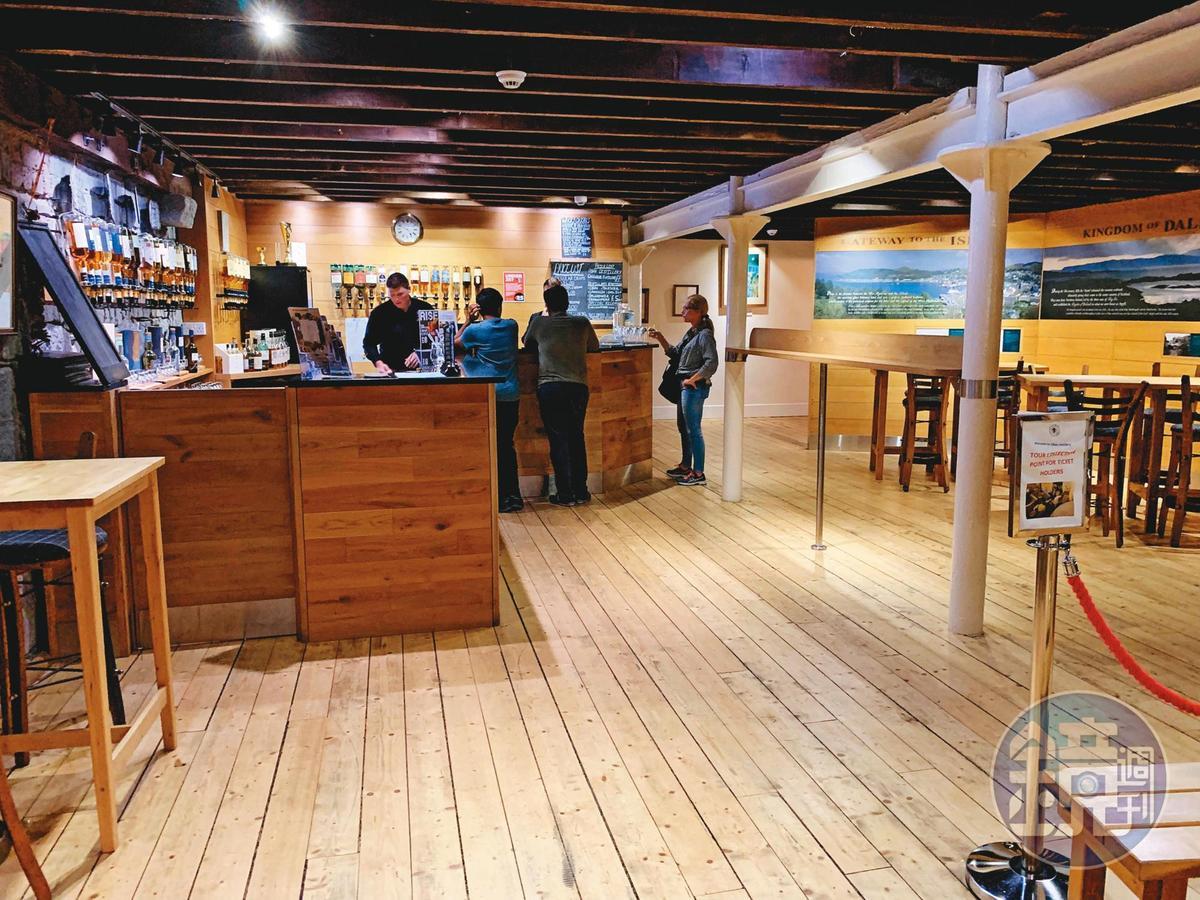 2樓的1794酒吧採全木材打造,氣氛溫馨,在此可付費試飲到不少限量款,還能以酒會友跟遠道而來的各國威友聊天。