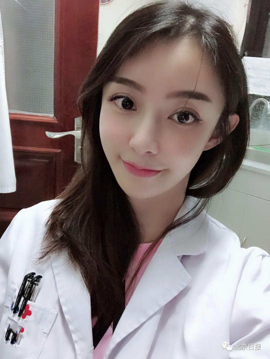 網友肉搜後,發現這位女子不但是位醫師,而且顏值爆表。(翻攝微博)