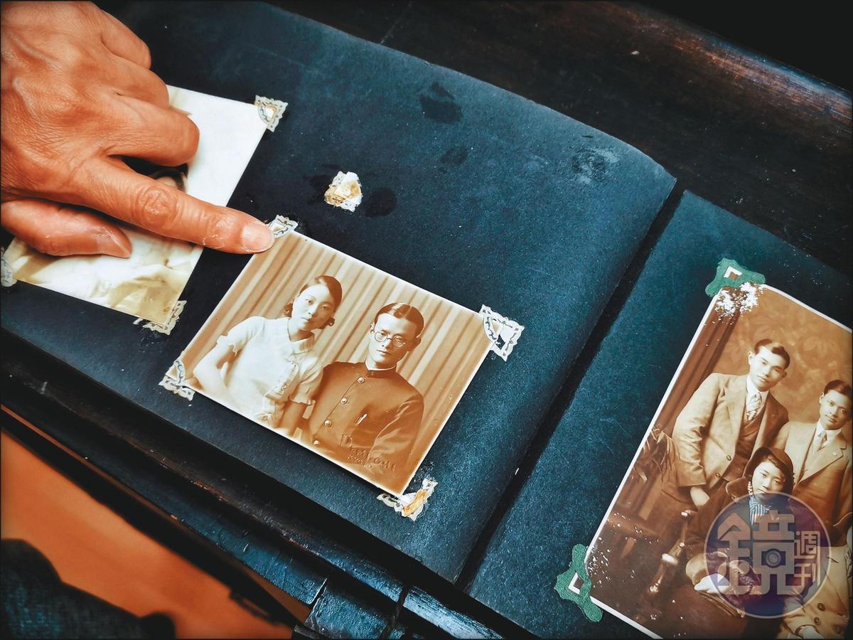 上百張家族舊照不易確定年代,李雅容依口述歷史與穿著比對,判斷是父母婚後前往日本讀大學,現在看見照片背後的時間,讓她更確定自己所寫無誤。