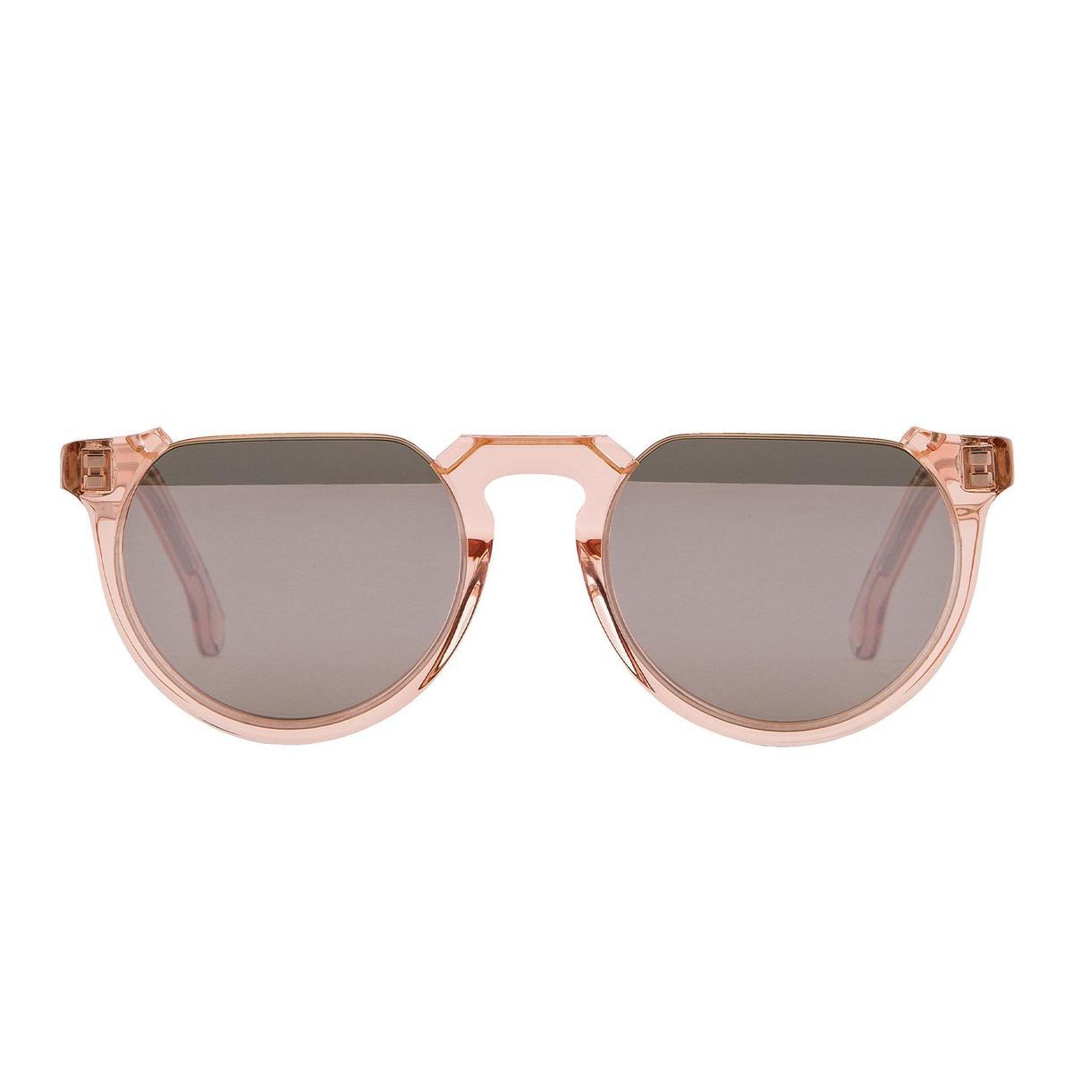 果凍粉色墨鏡 NT$13,800。(藍鐘提供)