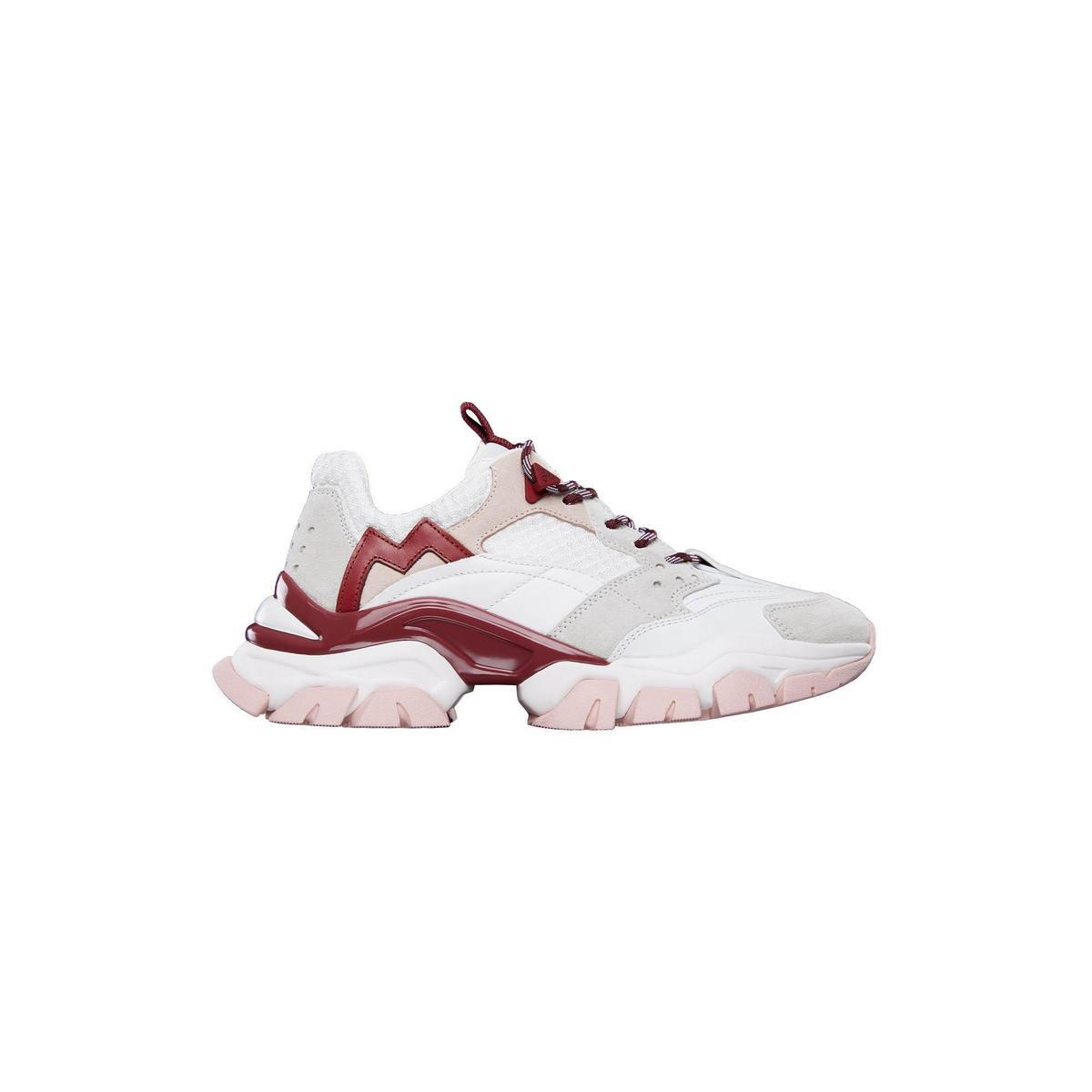 粉色運動鞋 NT$20,400。(盟可睞提供)