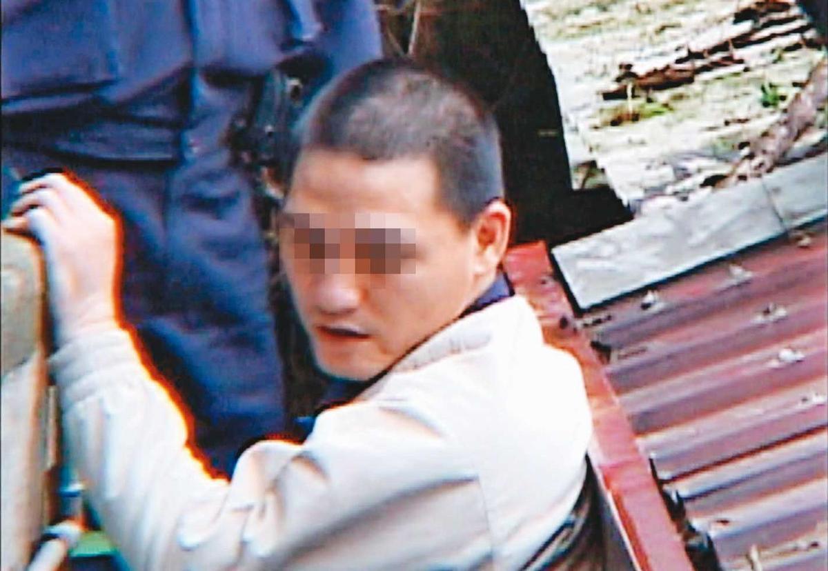 阿宏被檢警帶回命案現場,模擬封屍、棄屍的過程。(東森新聞提供)